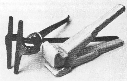 Металлические и деревянные клещи для натяжки холста